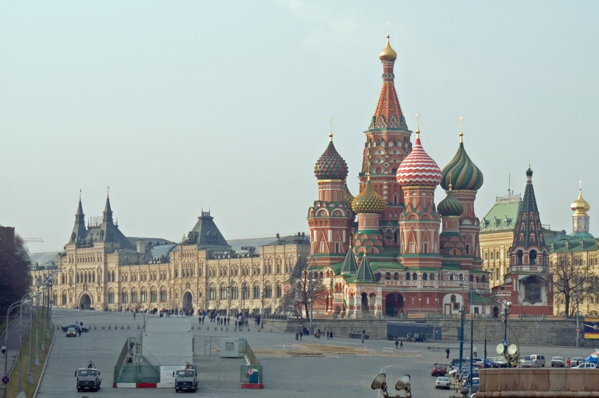 Roter Platz mit GUM (links) und Basileuskathedrale (rechts), Moskau