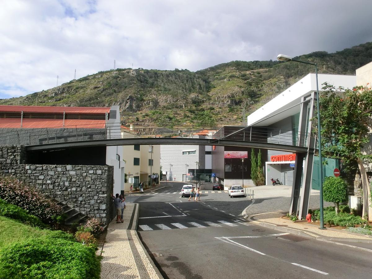 Fußgängerbrücke am Machico-Aquädukt