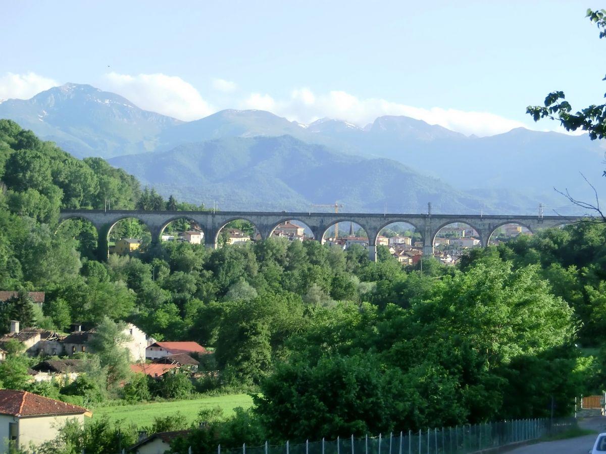 Eisenbahnviadukt über den Ellero