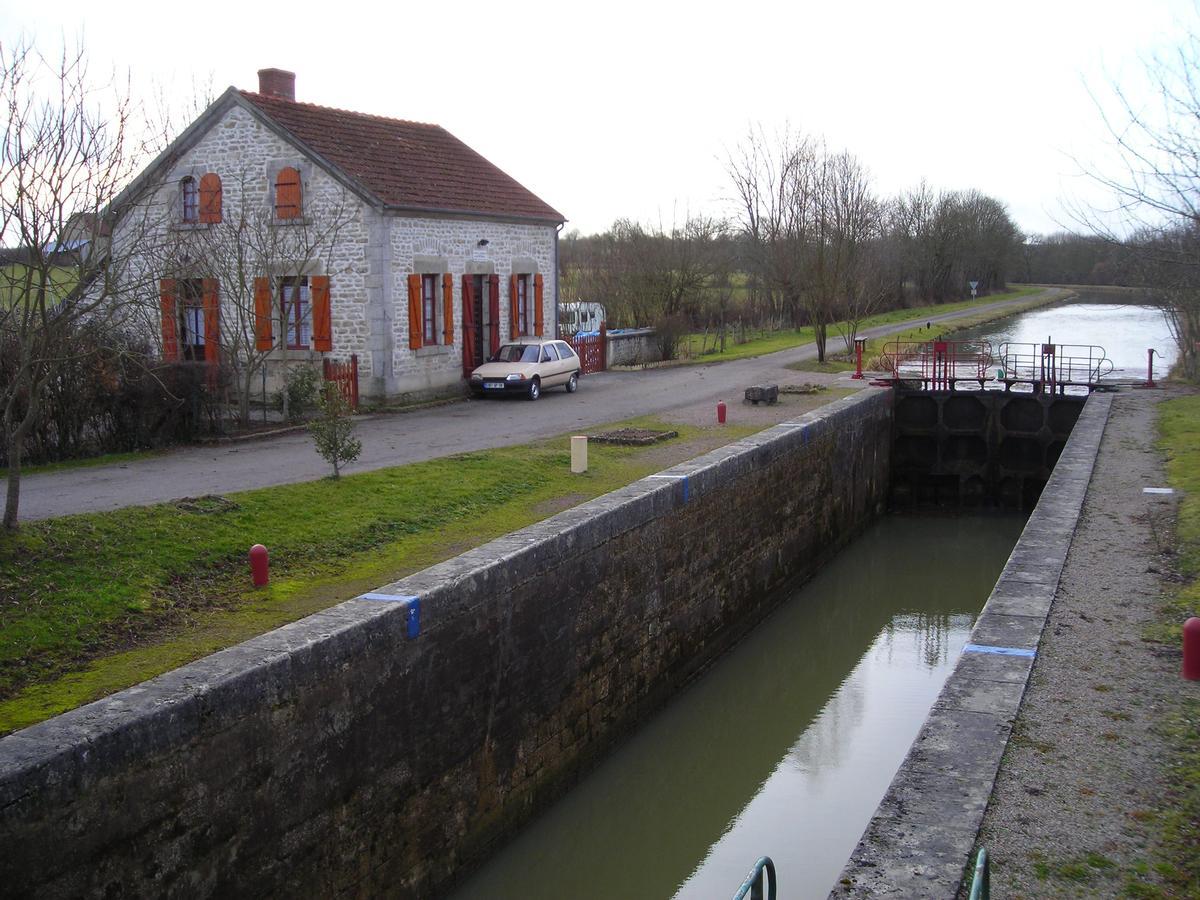 L'écluse numero 22 de Bernay sur le versant Loire