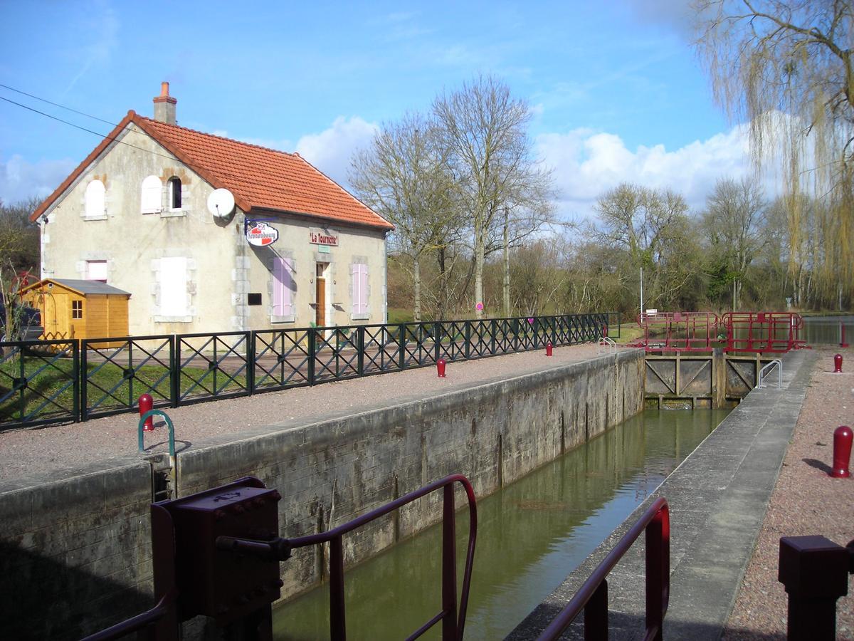 L'écluse numero 21 de Fleury sur le versant Loire
