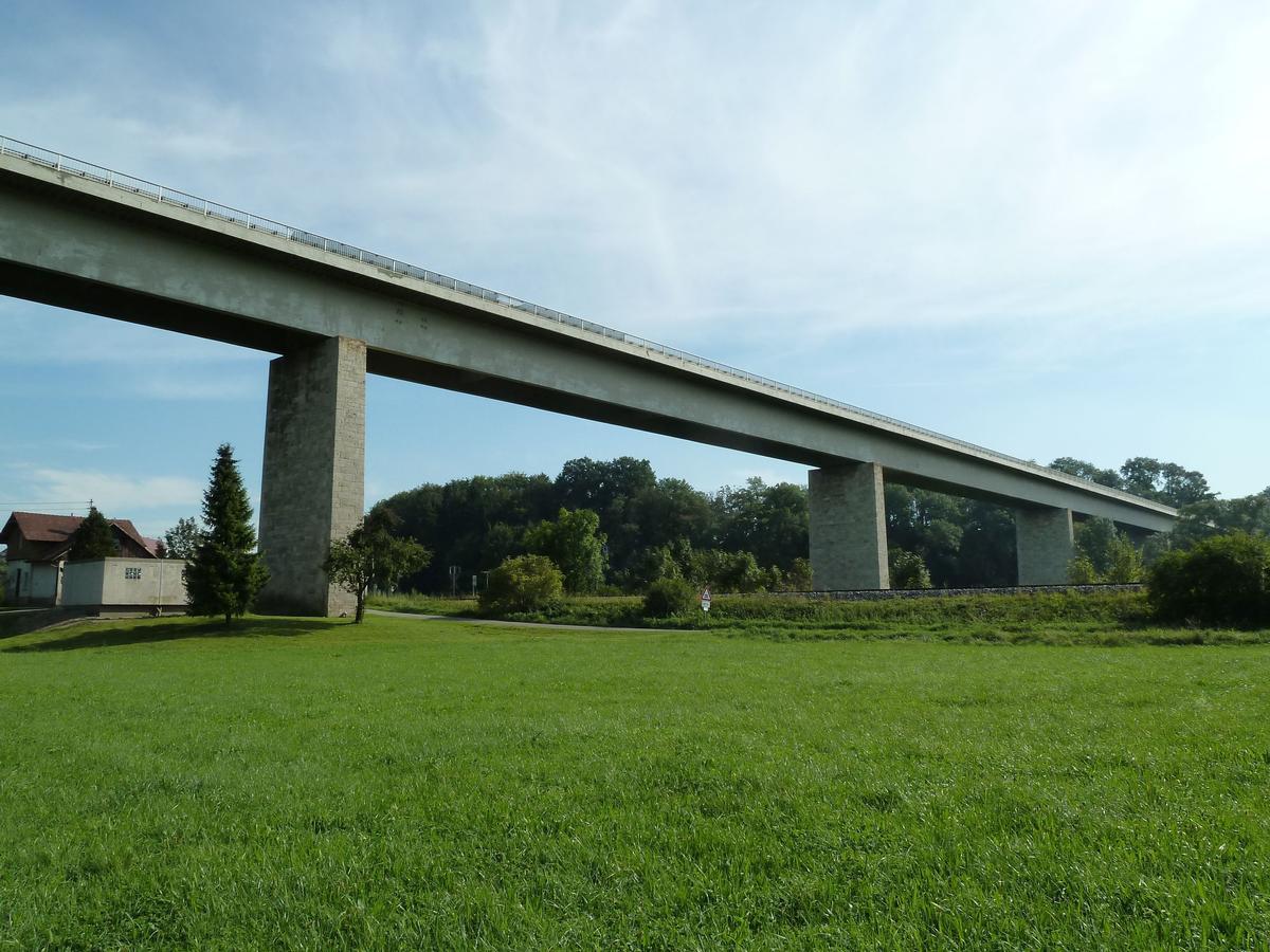 Die erste Donautalbrücke iin Untermarchtal wurde zwischenzeitlich durch einen Neubau ersetzt.