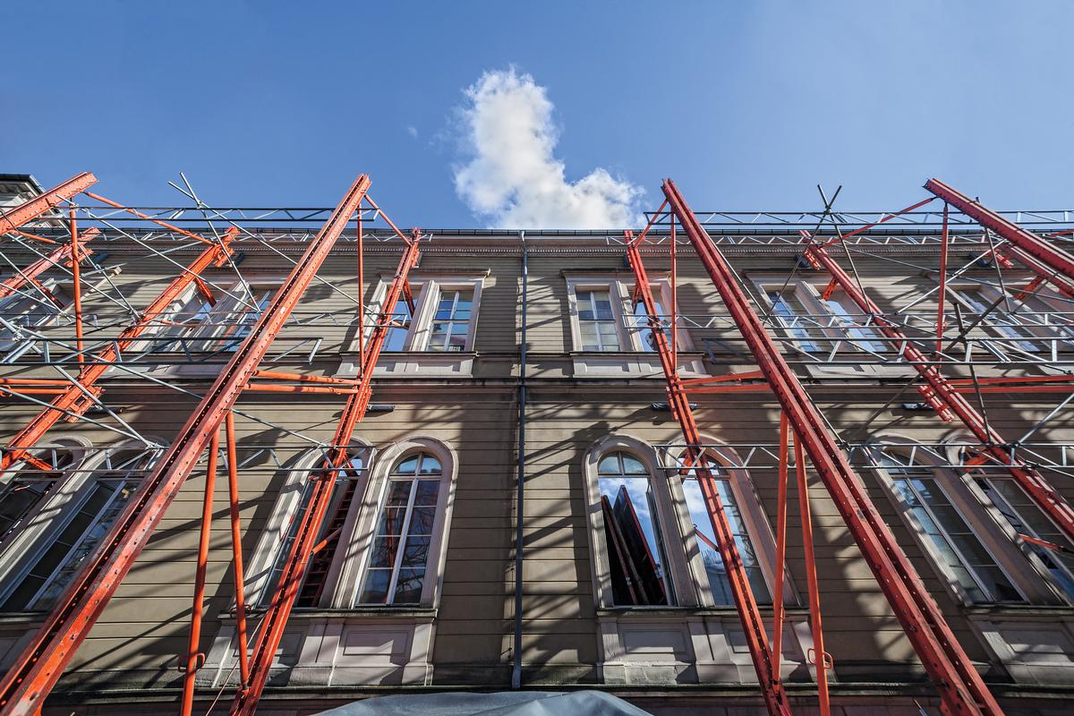 Das Naturkundemuseum in Karlsruhe wird derzeit umfassend saniert. Die alte Fassade bleibt bestehen, sie wird während des Bauzustands mit einer Konstruktion aus PERI VARIOKIT Systembauteilen sicher abgestützt