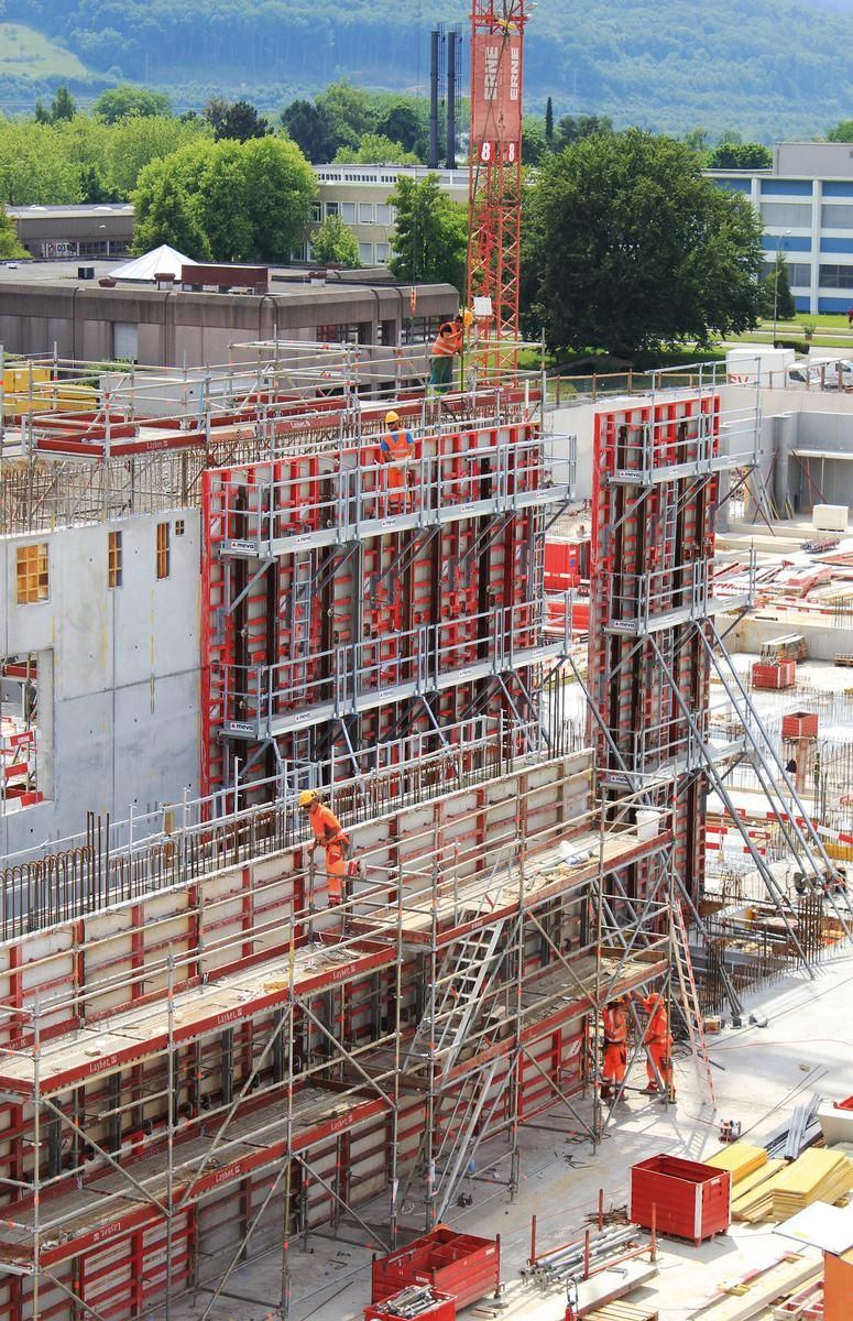 Media File No. 227041 Safe at all heights: The 14 m high walls of the new Novartis production facilities in Switzerland are poured using the Mammut 350 wall formwork combined with the SecuritBasic safety system.