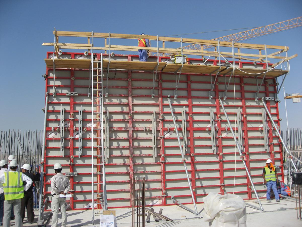 Media File No. 227043 The Mammut 350's largest panel offers a forming area of 8.75 m² and is ideally suited for industrial buildings with large – and especially very high – walls, here in use on the Mushrif Water Reservoir in Dubai, United Arab Emirates
