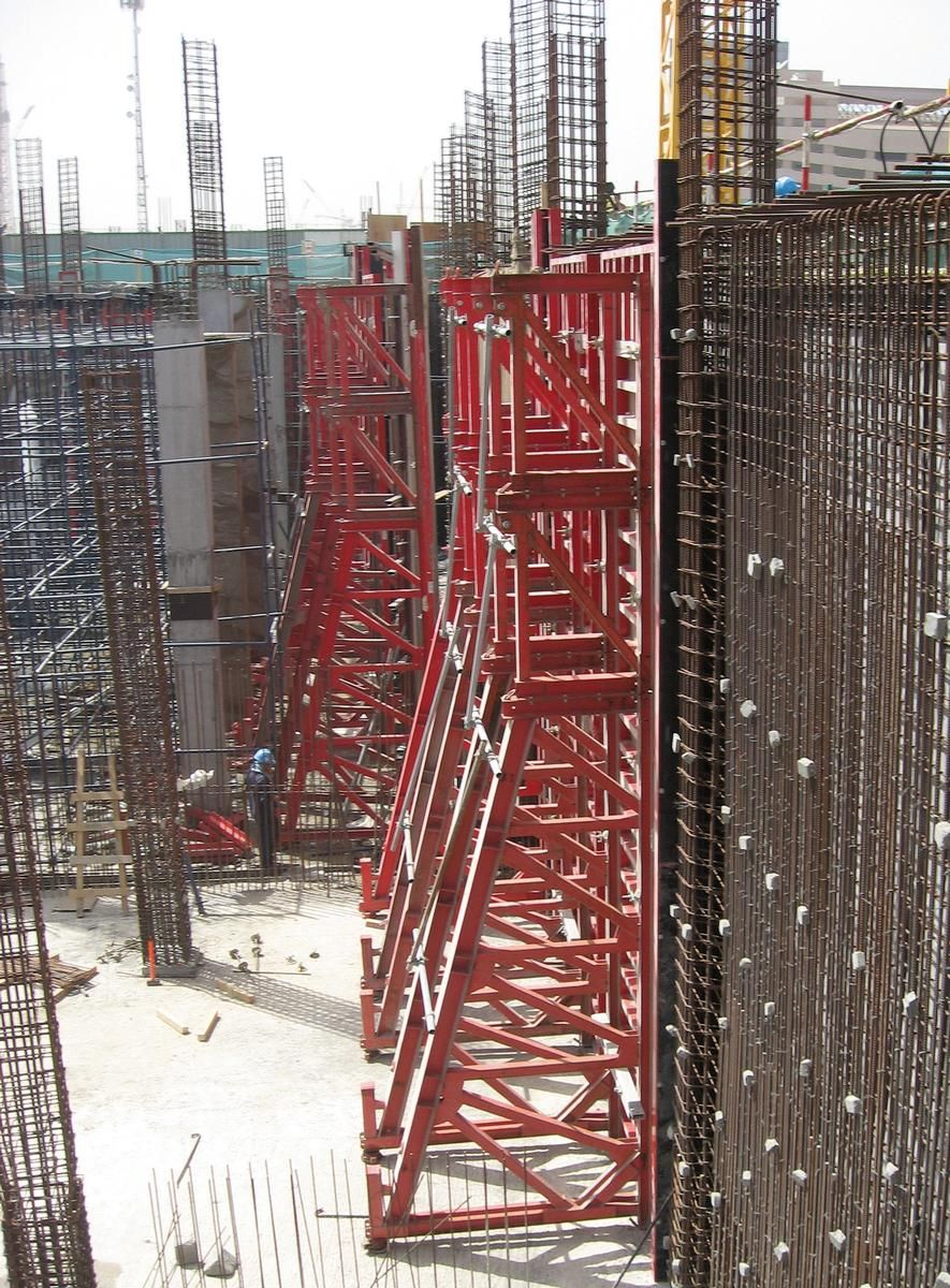 Media File No. 227044 District Cooling Plant for Business Bay Executive Tower for Al Saqr Engineering and Contracting, Dubai, UAE. Walls are poured using self-compacting concrete. Single-sided MEVA support frames STB 450 and the Mammut 350 wall formwork are used.