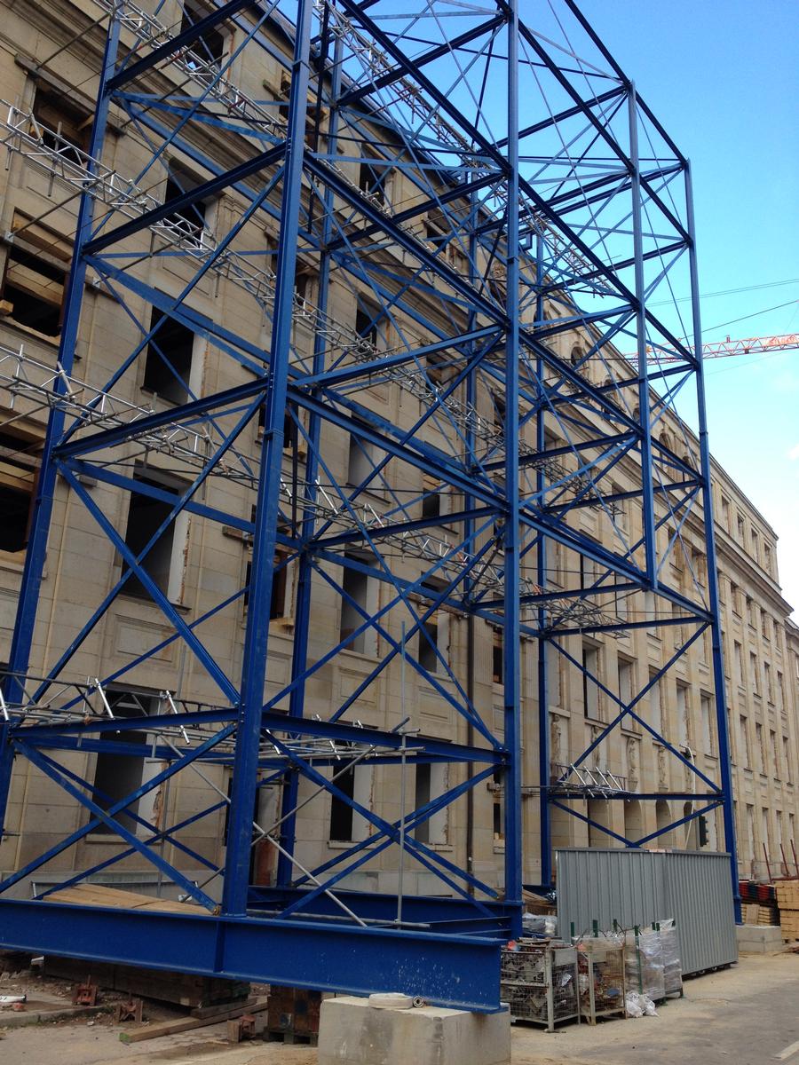 Bei der Sicherung der historischen Fassaden durch die Firmengruppe Teupe kommt eine temporäre Stahlbaukonstruktion zur Ausführung.
