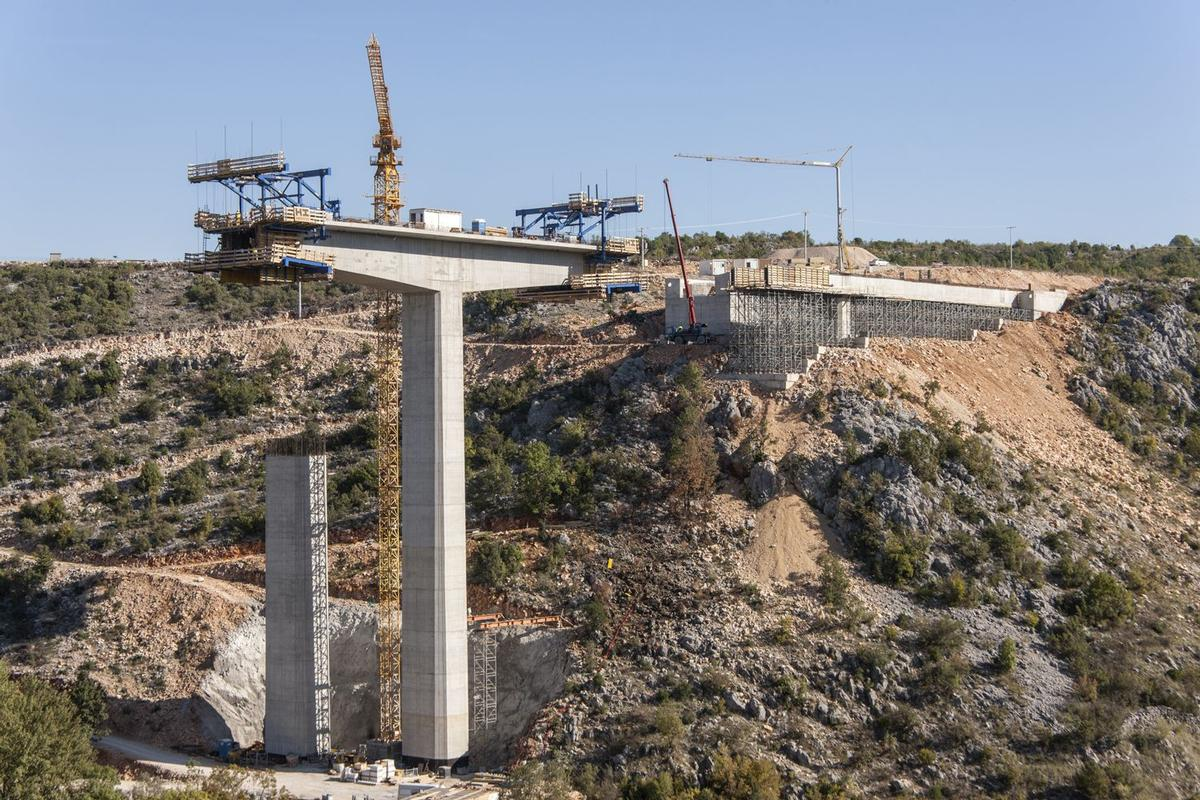 Media File No. 225688 High-performing at lofty heights: Ten Doka-Cantilever forming travellers allow for rapid and safe construction of both bridges along the Corridor Vc.