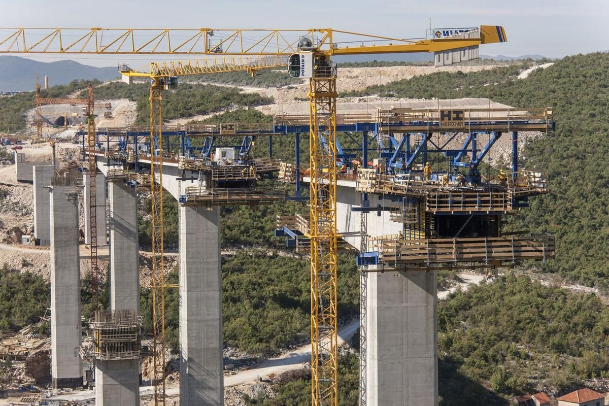 Media File No. 225689 For construction of the bridges spanning 555 m and 365 m in length, Doka developed a formwork solution consisting of Cantilever forming travellers that save time and resources thanks to extended pouring sections.