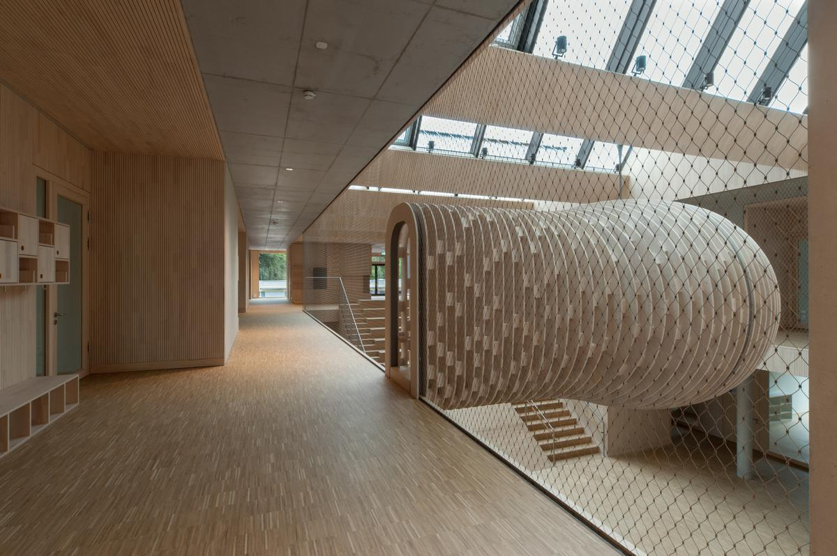 An arch-shaped entrance integrated in the protective mesh provides the children with safe access to the cocoon.
