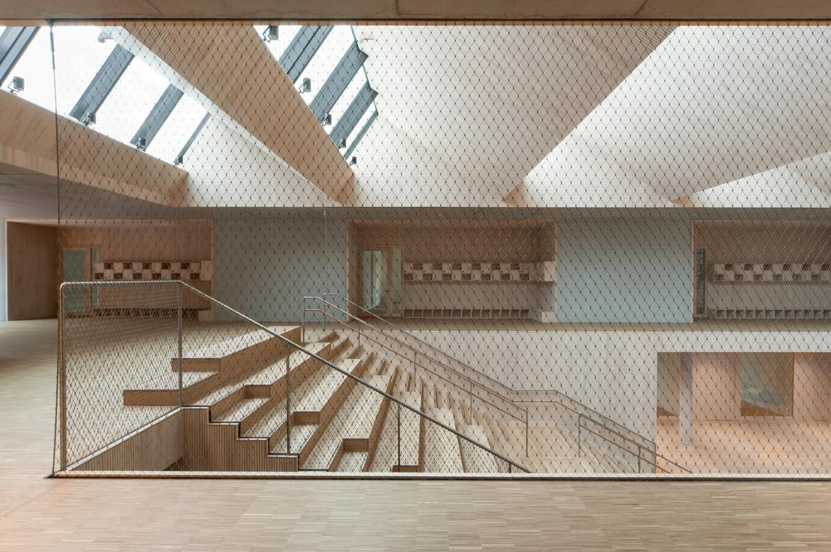 On the stairway, a double-running balustrade filled with stainless steel mesh provides protection and safety.
