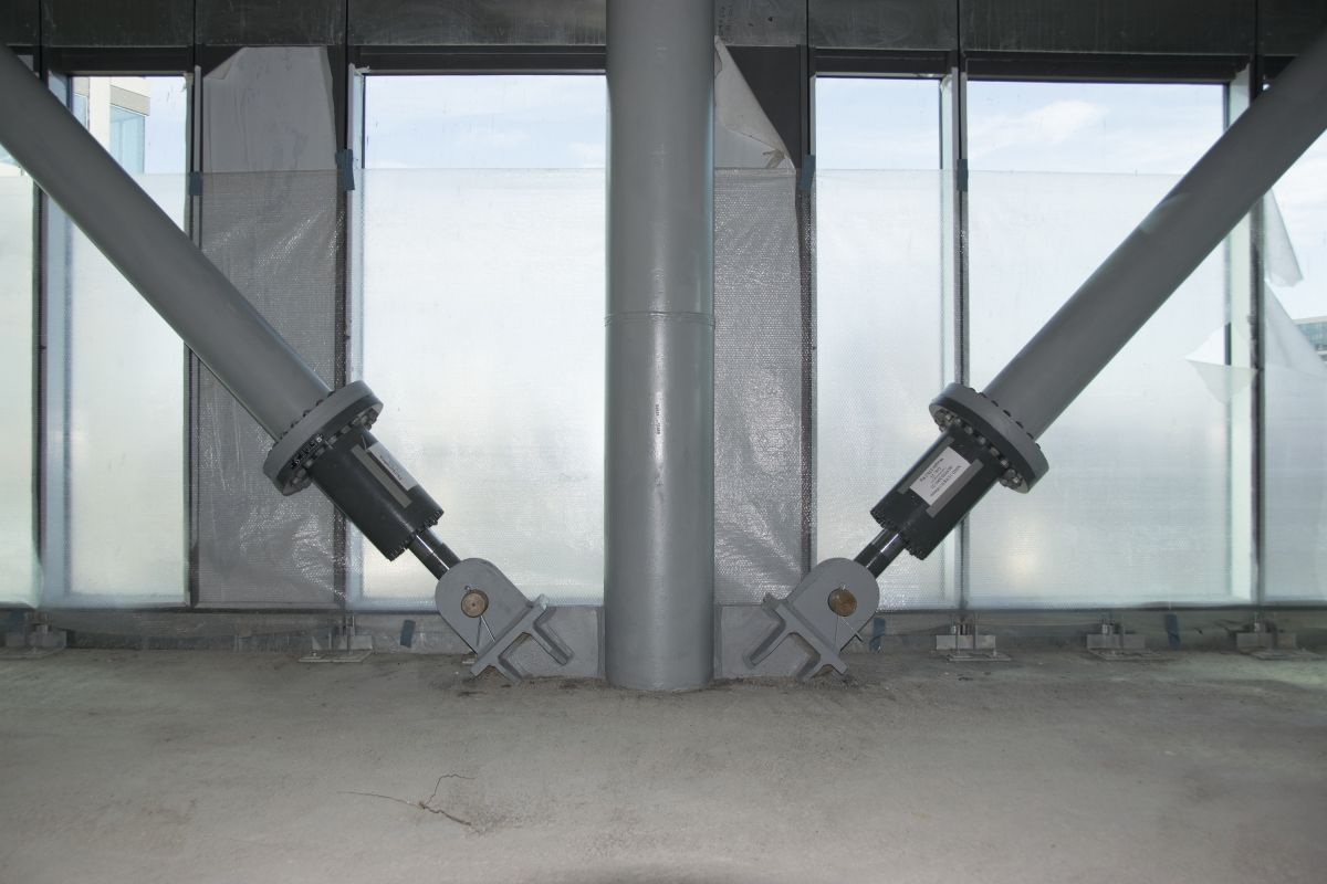 The dampers with a length of 750 mm are installed at the bottom end of the cross braces.