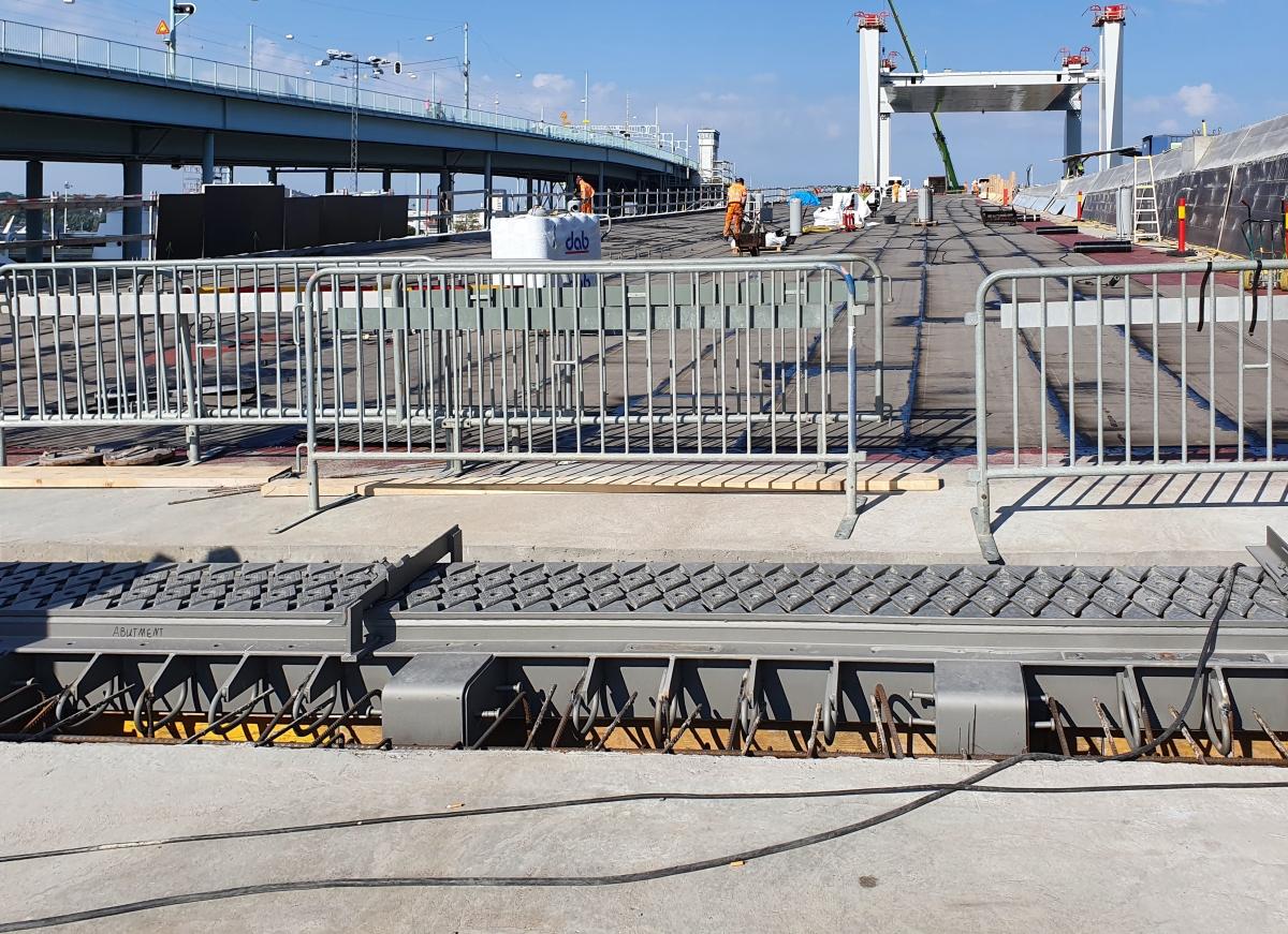 Direkt daneben: die Götaälvbron Die eingehobene Dehnfuge mit der Hebebrücke im Hintergrund. Links die ältere, höhere Brücke Götaälvbron.
