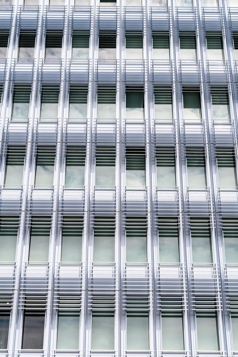 Auf 50.000 m² Fassadenfläche lassen Scheiben ein Spiel aus Transparenz und Reflexion entstehen. Auf 50.000 m² Fassadenfläche lassen Scheiben ein Spiel aus Transparenz und Reflexion entstehen.
