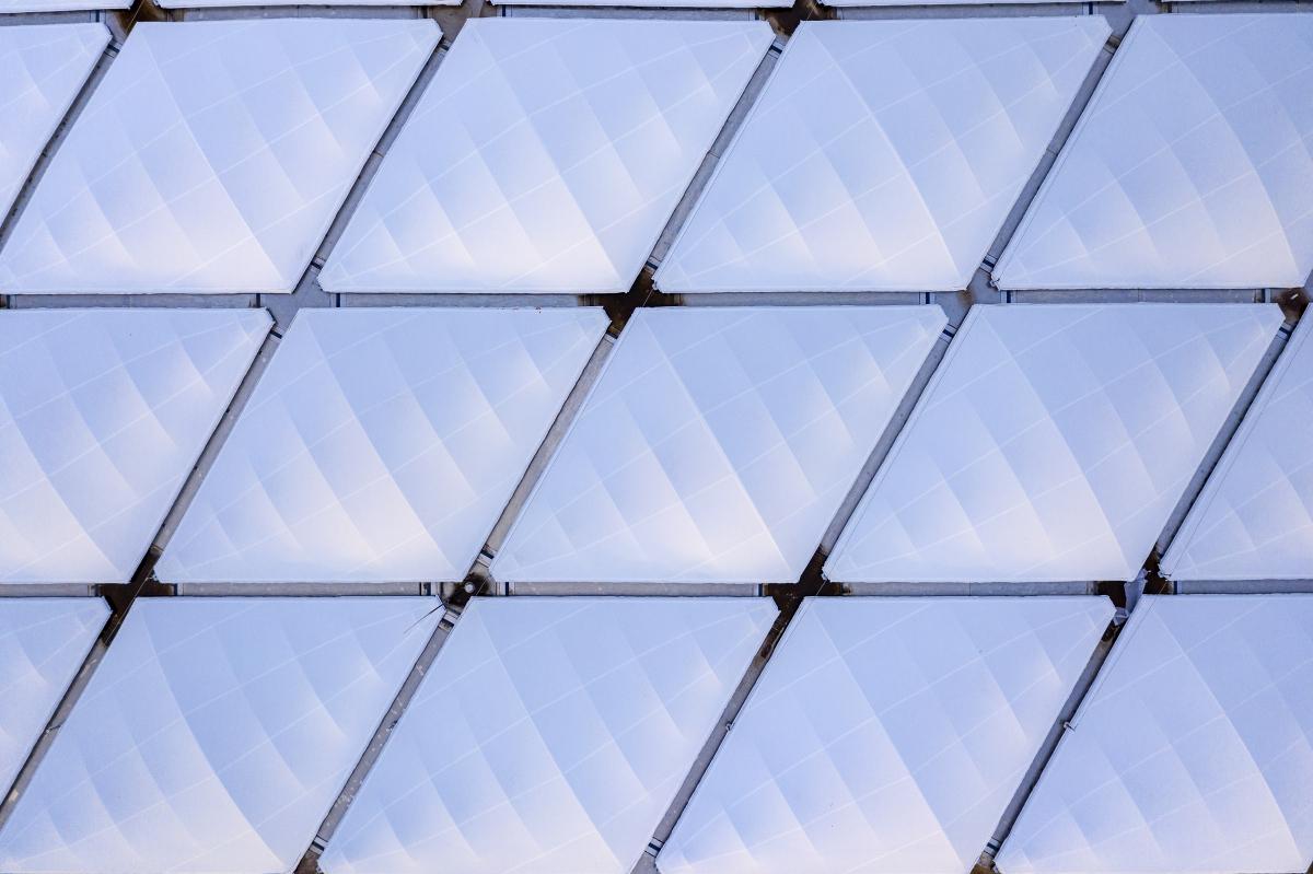 Oberseite der Dachhaut Die Oberseite der eigentlichen Dachhaut ist mit einer transluzenten Glasfasermembran bespannt.