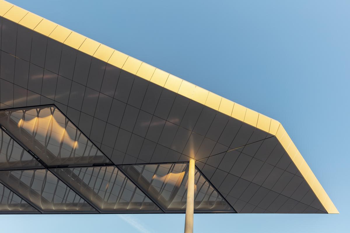 Obere Dachhaut dient vor allem als Wetterschutz Die obere Haut dient vor allem als Wetterschutz, das untere Meshgewebe ist transparent und gibt den Blick auf die Konstruktion und Nahtführung frei.