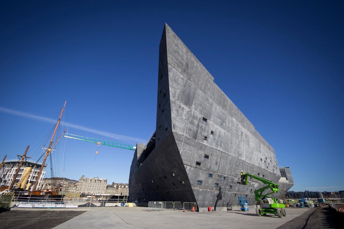 Das dreistöckige V&A Museum in Dundee hat mehr als 8.000 m² Grundfläche und eine 11.000 m² große Betonfassade.