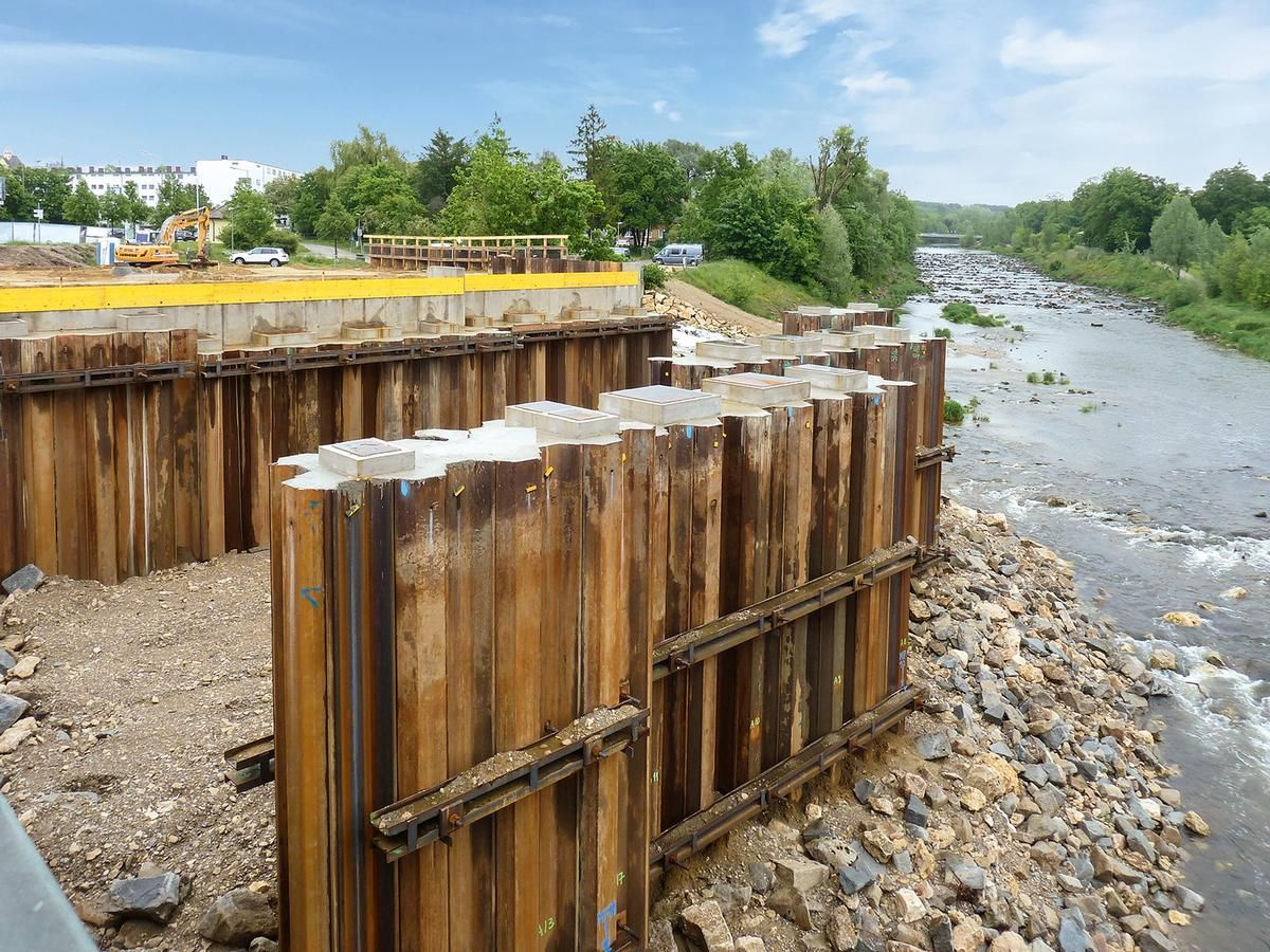 About 5,000 m² of sheet piles were installed in two abutments and three pile structures.