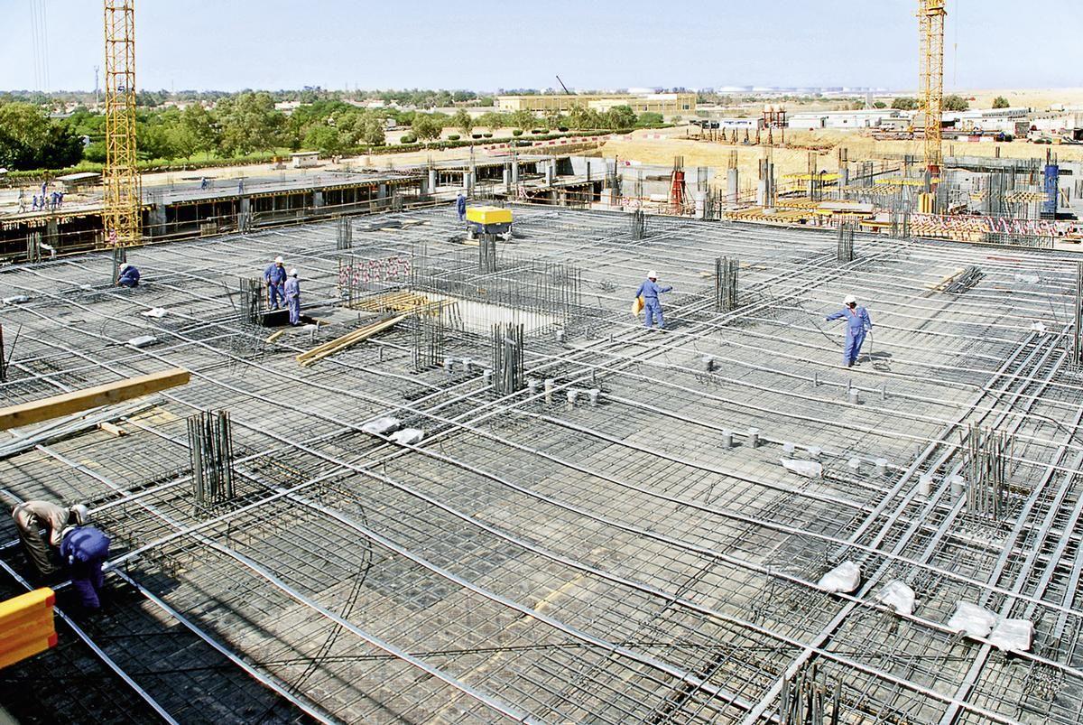 Das Al Tameer-Bürogebäude während seiner Errichtung