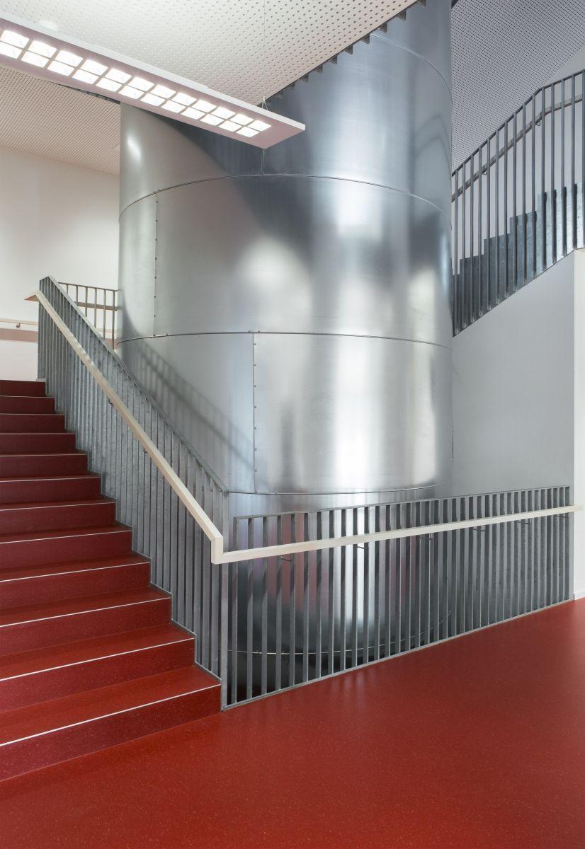Lycée technique pour professions de santé Die aussteifenden Treppenhäuser sind in Stahlbeton errichtet.