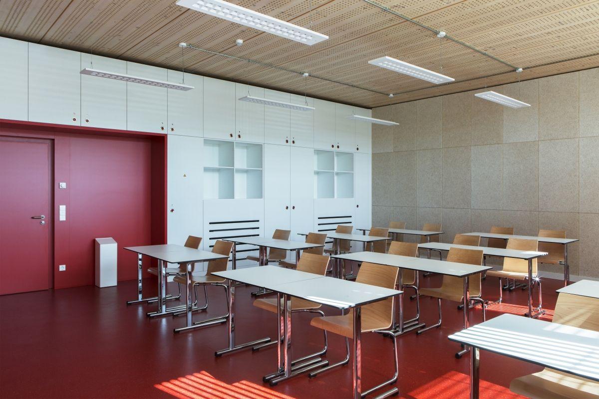 Lycée technique pour professions de santé 27 classrooms and a 200 m² multi-purpose room offer teachers and students a modern classroom environment.