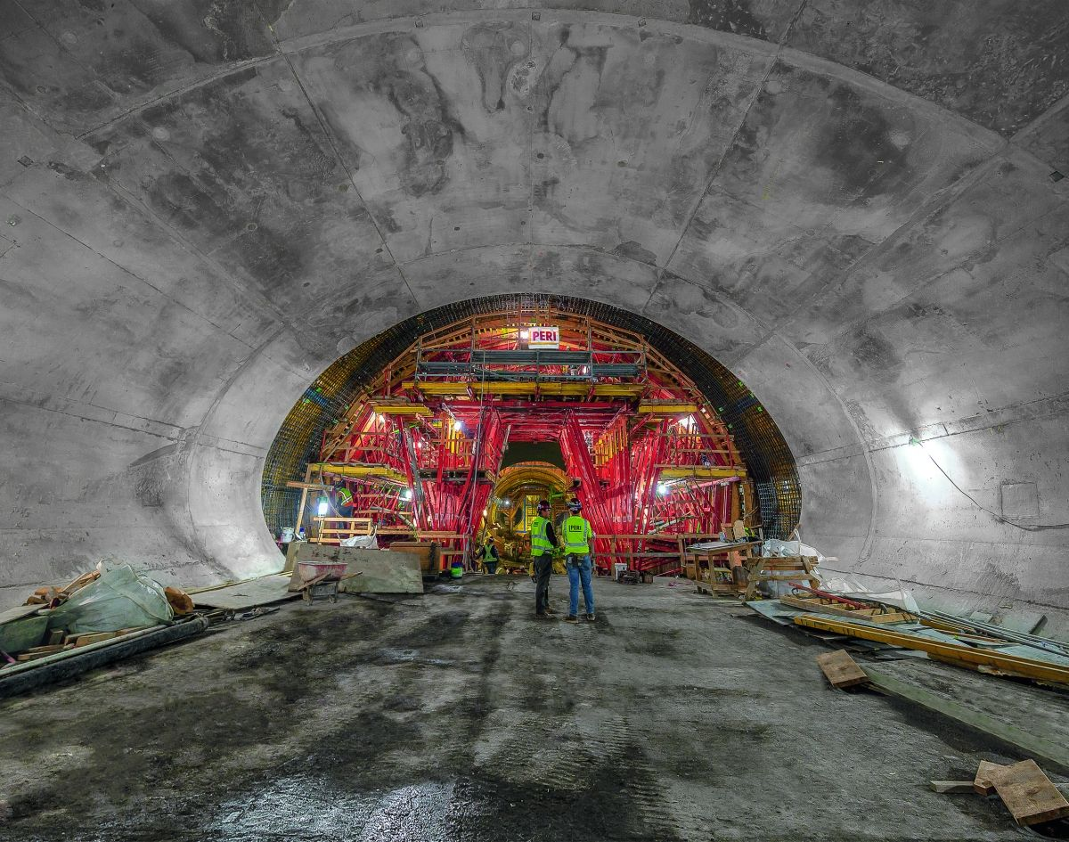 In depths up to 30 m beneath the centre of San Francisco, the enormous building structure Chinatown Subway Station has been realised. In depths up to 30 m beneath the centre of San Francisco, the enormous building structure Chinatown Subway Station has been realised.