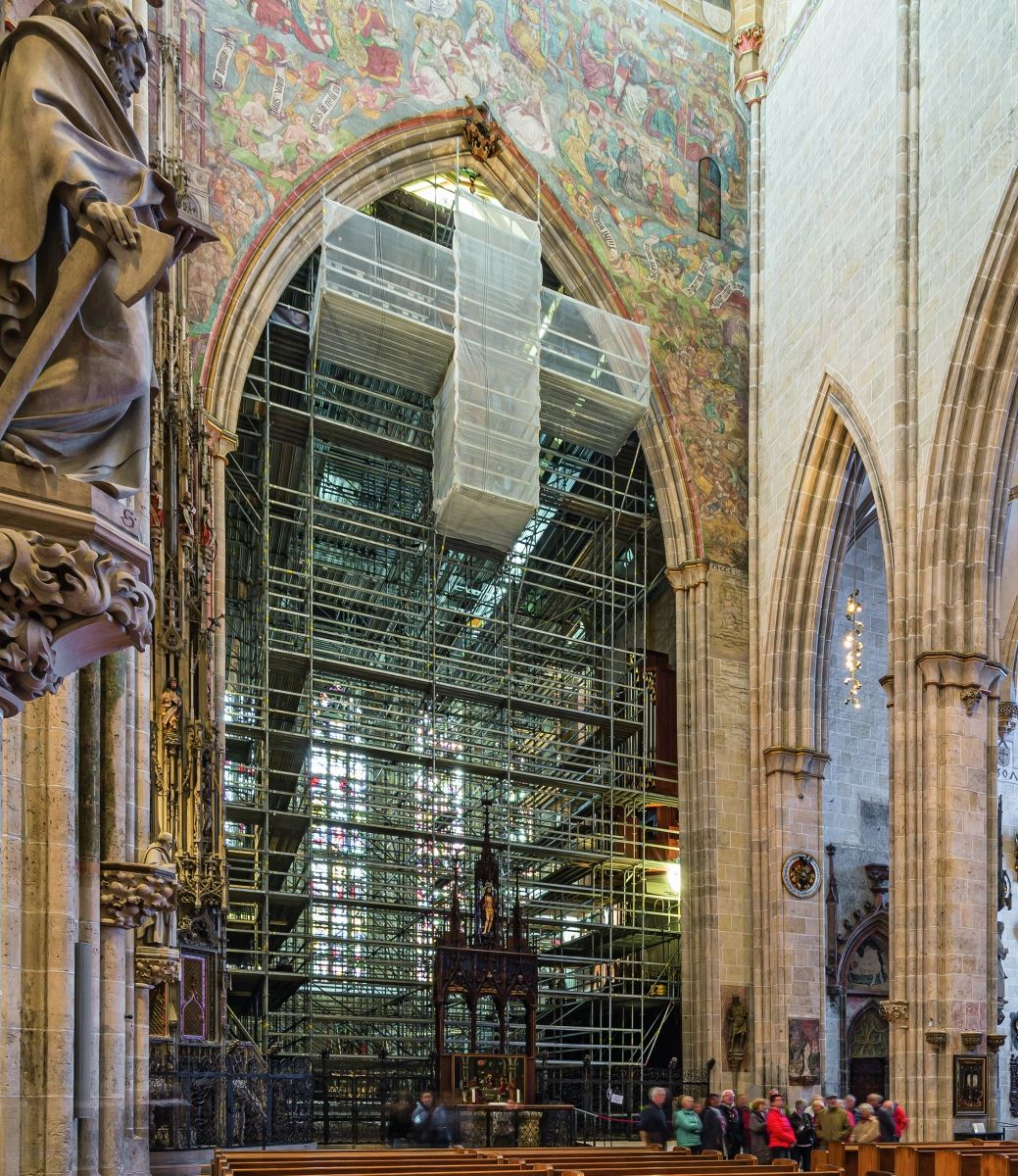 Der Chorraum des Ulmer Münsters ist 29 m lang, 15 m breit und 26 m hoch. Während der Sanierungsarbeiten ist er ein knappes Jahr lang für Besucher nicht zugänglich.
