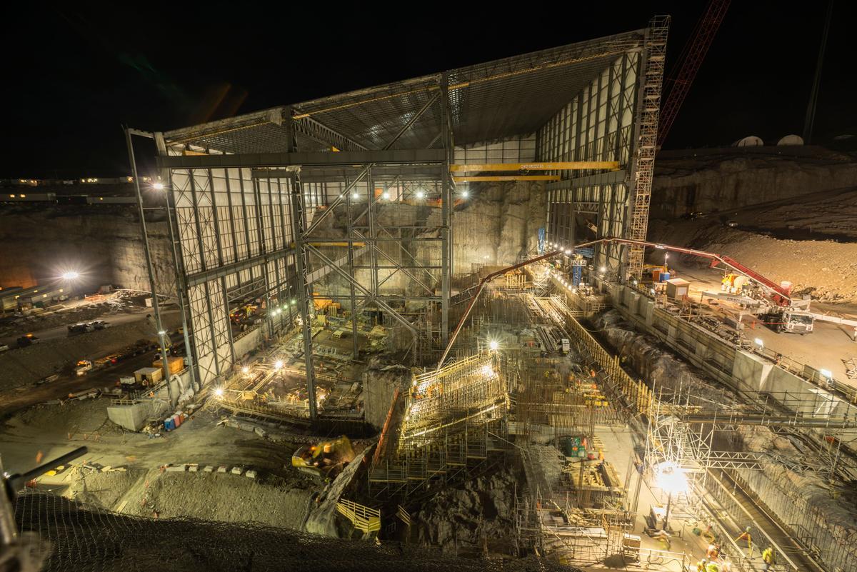 Unter einer temporären Halle laufen auch nachts die Arbeiten auf Hochtouren.
