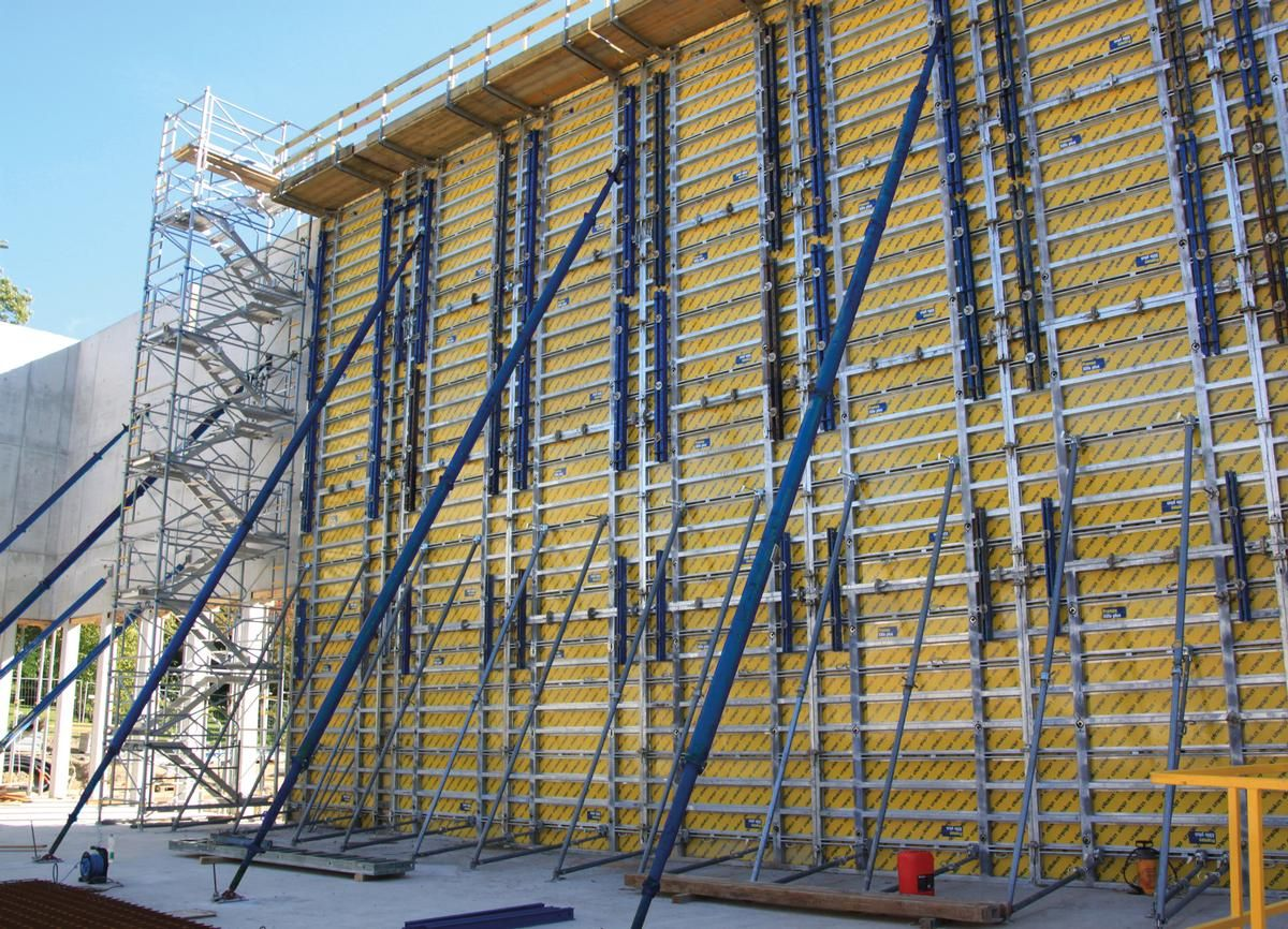 Auf der Innenseite der Sporthalle sind jeweils zwei Elemente der Höhen 2,70 m und 3,30 m miteinander verbunden. Dadurch wird mit vier Elementen die Schalungshöhe von 12 m erreicht.