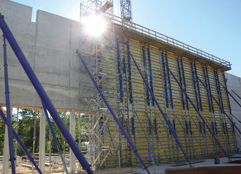 Für die 12 m hohen Wände wird die Rahmenschalung mehrfach aufgestockt.