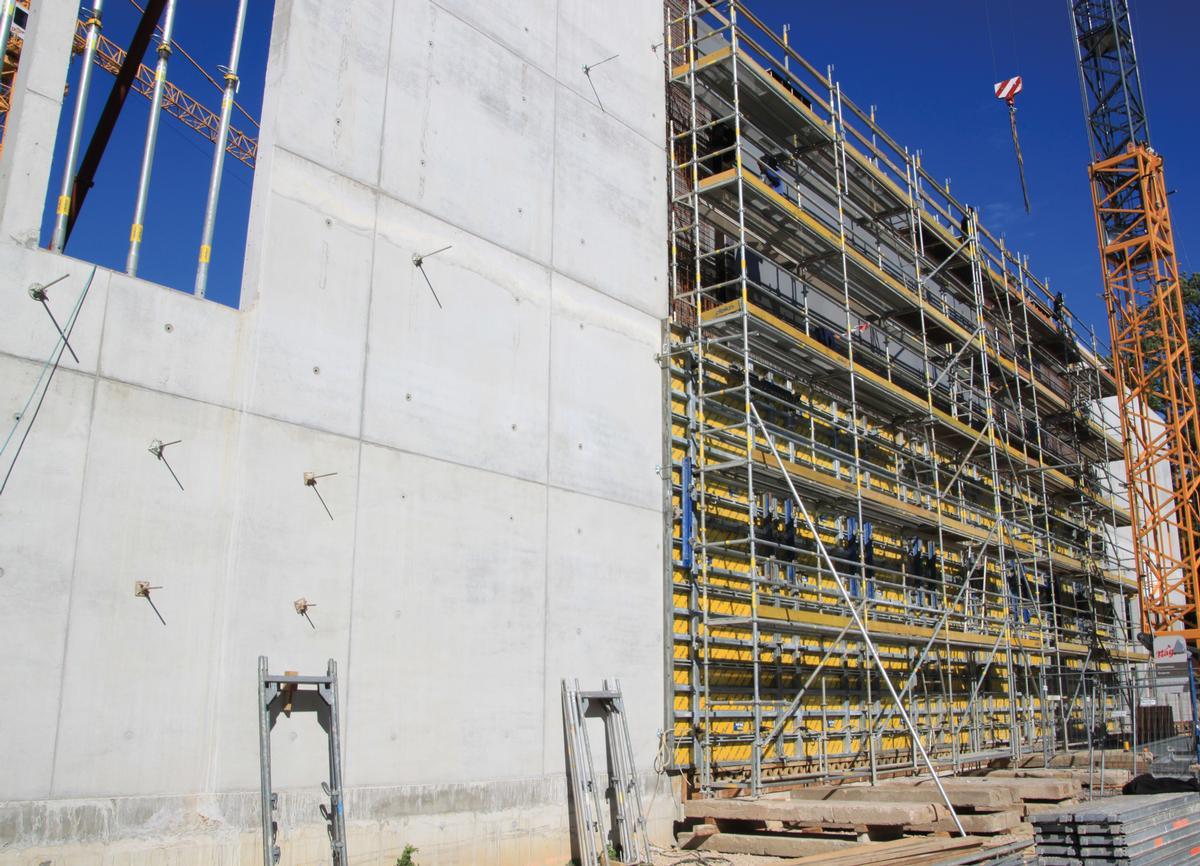 Um den Eisenflechtern und Betonbauern die Arbeit zu erleichtern, ist ein Arbeitsgerüst mit einer Arbeitsbreite von 73 cm aufgestellt.