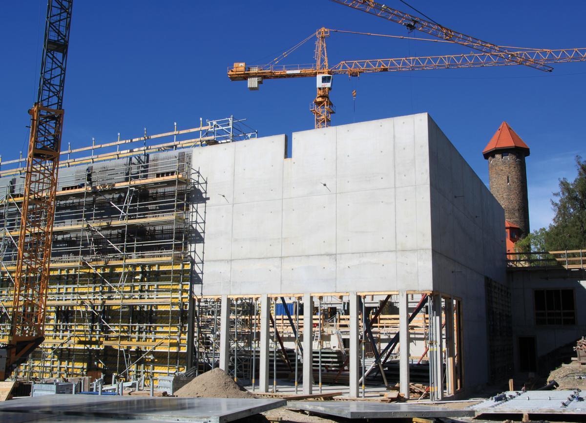 Die 12 m hohen Wände entstehen in zwei Betonierabschnitten.