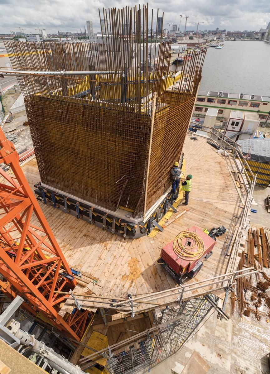 Media File No. 243301 To connect the outer formwork and to withstand its high concrete pressure, the Competence Center Fair-Faced Concrete team developed a special angled waler capable of accommodating the variations in wall inclinations.