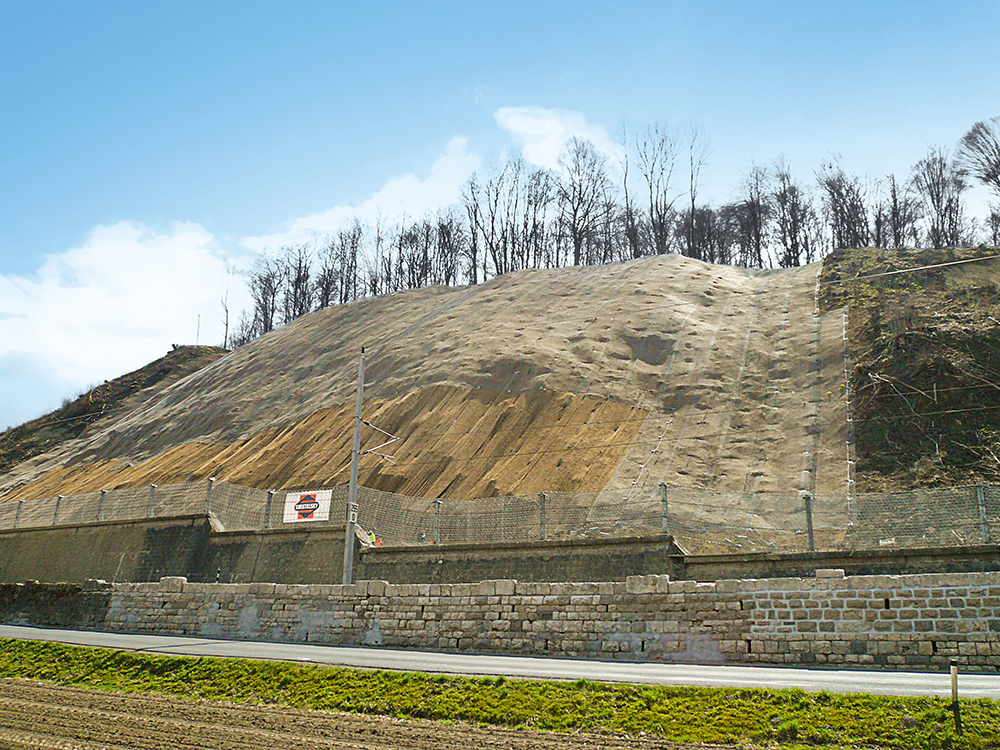 For about 200 m, parts of the failed embankment had buried the tracks of the Suedbahn.