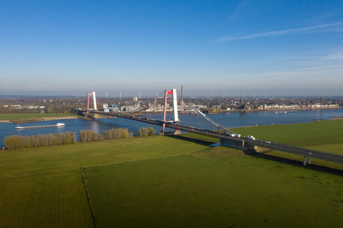 Sanierung der Emmericher Brücke Die Rheinbrücke Emmerich ist mit ihrem 803 m überspannenden Stahlüberbau Deutschlands längste Hängebrücke.
