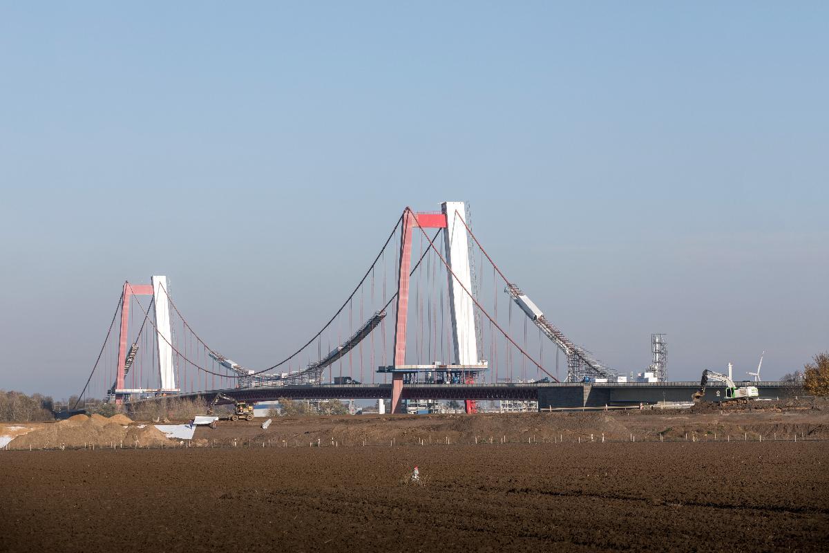Sanierung der Emmericher Brücke Aufgrund massiver Schäden muss die Brücke für fast 30 Mio. Euro umfassend instand gesetzt werden.