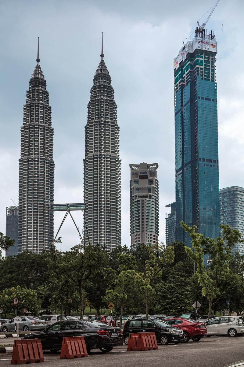 Located right next to the striking Petronas Towers (left) is another architectural highlight in Kuala Lumpur: the Four Seasons Centre. Located right next to the striking Petronas Towers (left) is another architectural highlight in Kuala Lumpur: the Four Seasons Centre.