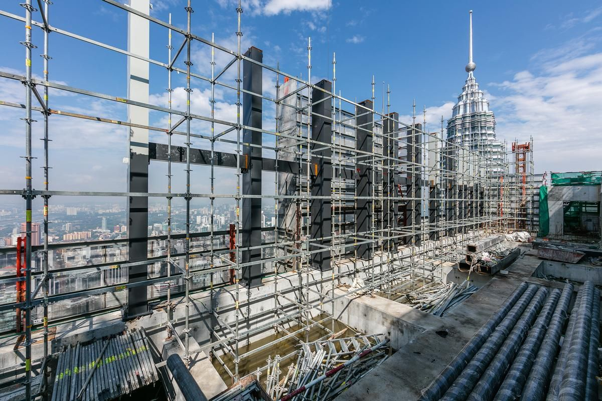 In Kuala Lumpur, the numerous reinforcing steel ribs could easily be modified with the flexible scaffolding system. In Kuala Lumpur, the numerous reinforcing steel ribs could easily be modified with the flexible scaffolding system.