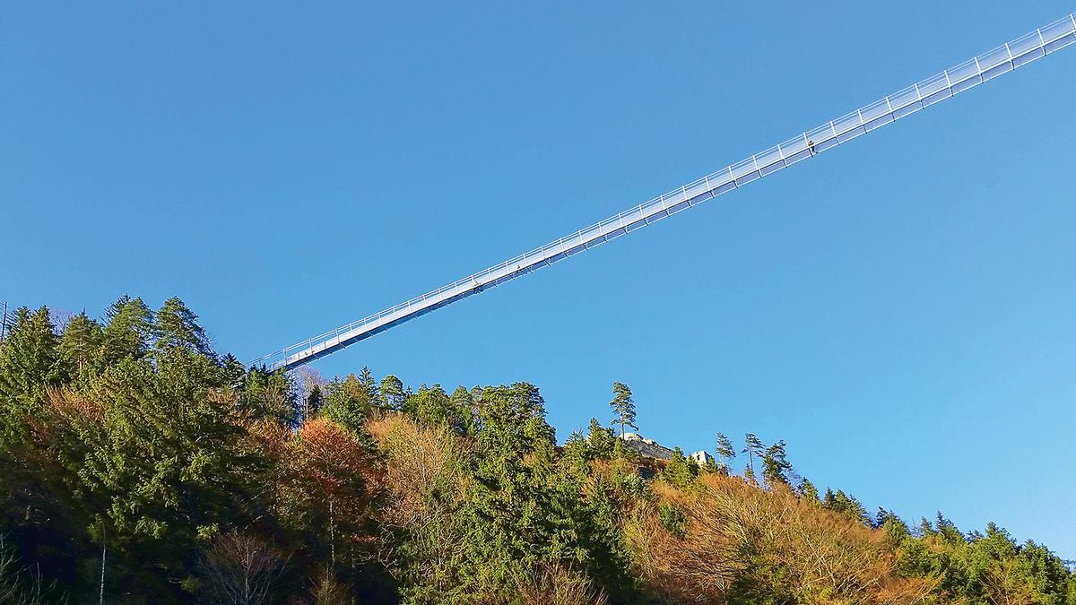 Pedestrian suspension bridge in Reutte, Tyrol, is ...   Structurae