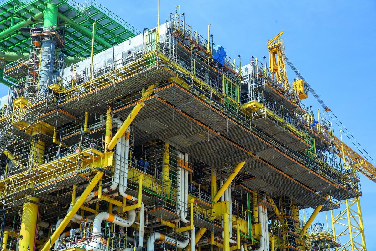 Hängende Arbeitsplattformen Die hängenden Arbeitsplattformen konnten variabel in 25-cm-Schritten an die Stahlträgerabstände angepasst werden. Sie wurden durch Gerüstrohre und Kupplungen an den Stahlträgern der Plattform befestigt.