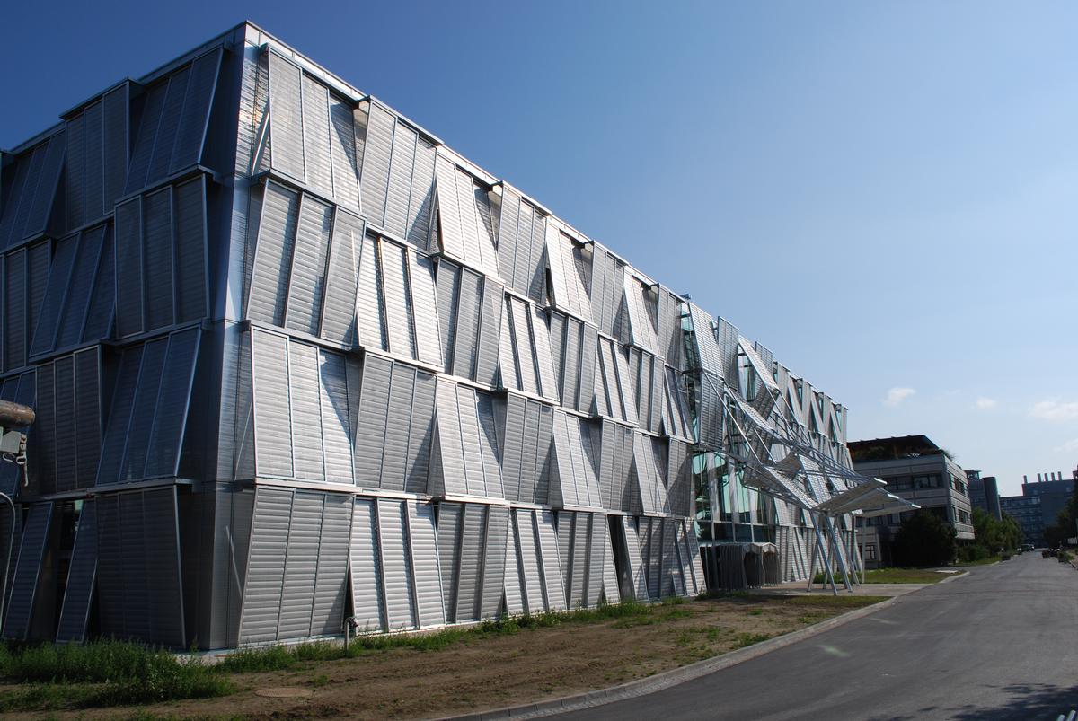 Ihre bewegte Topografie reflektiert die Flexibilität und Dynamik, mit der sich die EPFL permanent neu erfindet. Ihre bewegte Topografie reflektiert die Flexibilität und Dynamik, mit der sich die EPFL permanent neu erfindet.