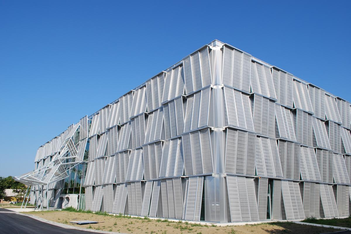 Mediendatei Nr. 242916 630 einzelne Paneele, jedes 1.100 x 3.600 mm groß, formen wie Fallarmmarkisen ein das gesamte Gebäude umspannendes, vertikal wie horizontal verlaufendes Zickzackmuster.
