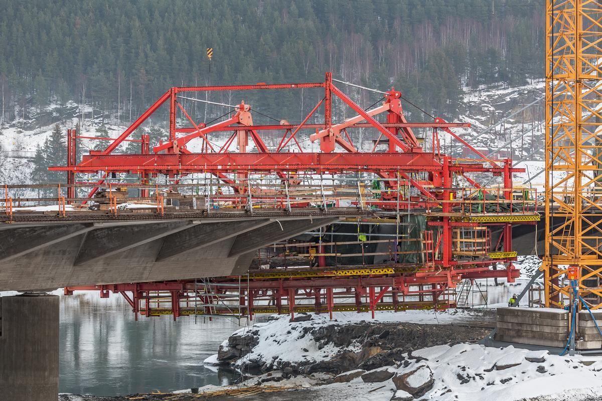 Eine besondere Herausforderung für die Schalungsplanung war die Berücksichtigung der 130 cm hohen Querrippen an jedem Brückensegment