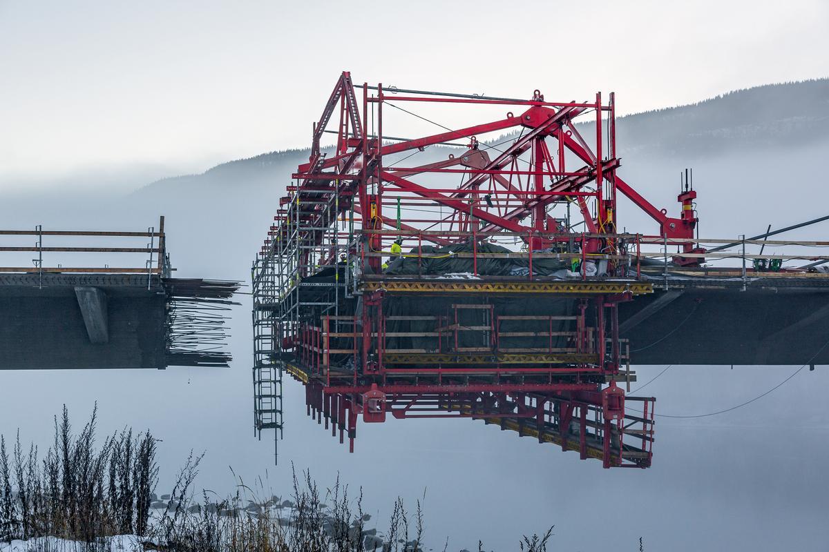 Außerdem mussten die Ingenieure bei der Planung die Seile der Abhängung beachten, mit denen die Segmente an die Pylone abgehängt werden. Diese dürfen zu keinem Zeitpunkt der Ausführung mit dem Freivorbauwagen kollidieren.