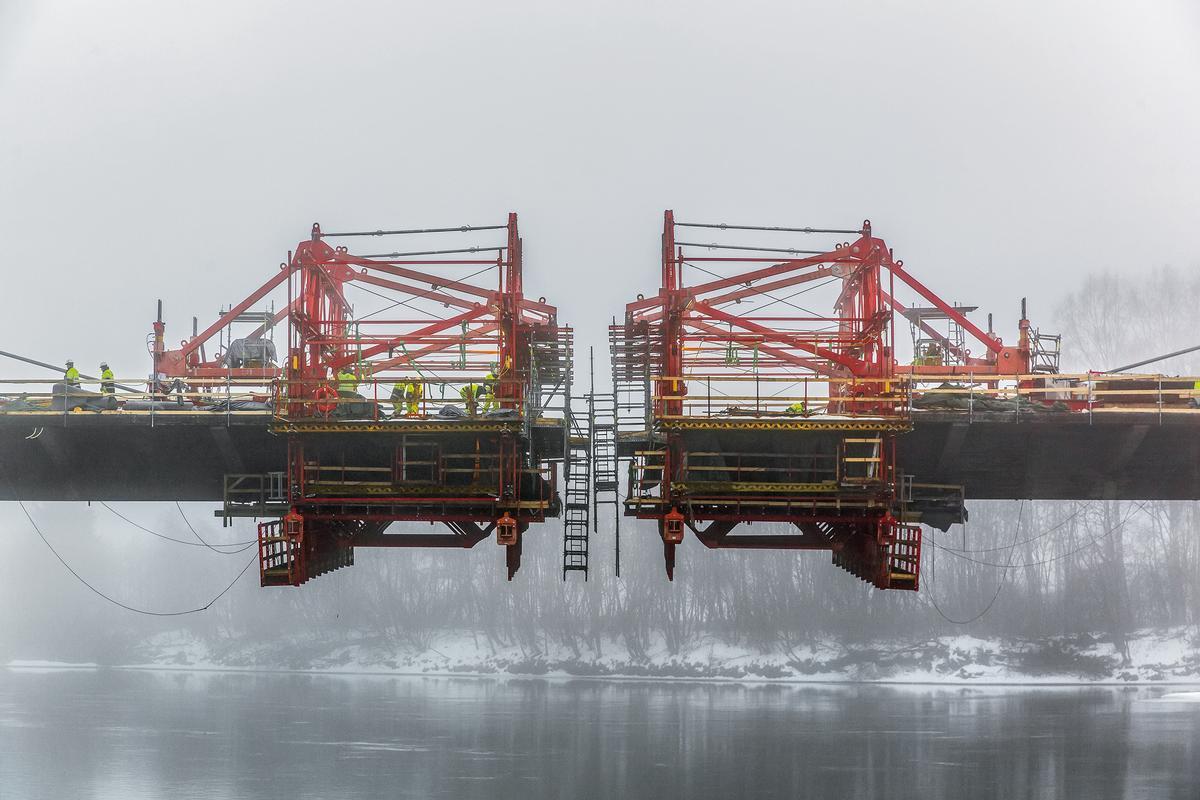 Die flexible VARIOKIT-Freivorbaulösung sorgte für einen schnellen Baufortschritt bei der Herstellung der einzelnen Überbausegmente. Im Dezember 2015 stand die Brücke kurz vor dem finalen Lückenschluss.