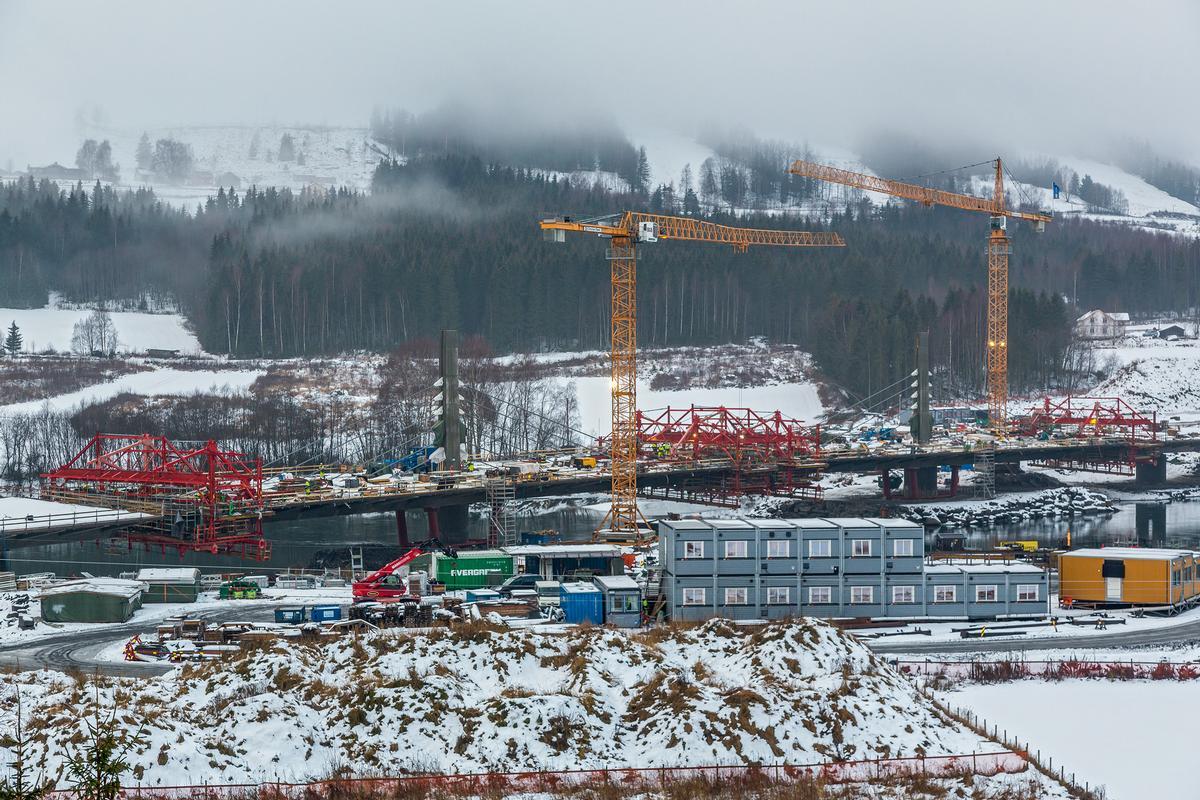 Mit insgesamt vier Freivorbauwagen entsteht der Brückenüberbau der Harpe Bru. Es handelt sich um die erste Extradosed-Brücke in Norwegen.