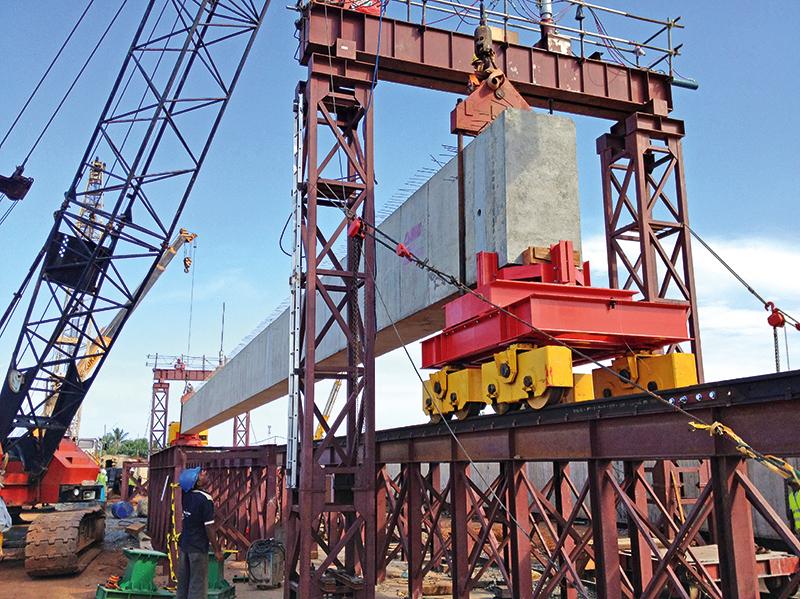 Die Enge in den beiden Feldfabriken war für Transport und Einheben der 48 m langen Träger eine besondere Herausforderung.