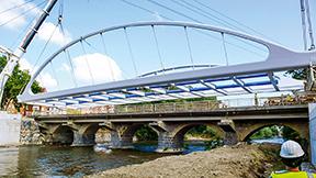 Die gesamte Stahl-Verbundkonstruktion der Brücke wurde komplett vormontiert.
