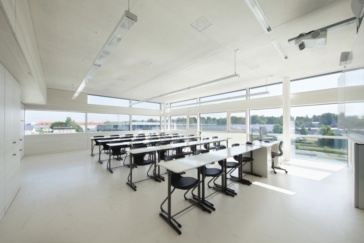Sebastian-Lotzer-Realschule in Memmingen Die Zuluft wird bei CONCRETCOOL nicht direkt in den Raum geführt, sondern durchströmt zuerst die in der Decke einbetonierten Aluminium-Kühlrohre.