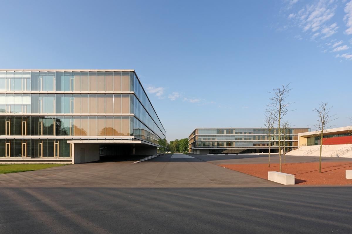 Max-Born-Berufskolleg des Kreises Recklinghausen Bereits vor 20 Jahren hat das Stuttgarter Unternehmen Kiefer die Betonkerntemperierung CONCRETCOOL entwickelt. Inzwischen hat es sich vielfach in der Praxis bewährt und ist gerade für Schul- und Verwaltungsneubauten geeignet, wie hier am Max-Born-Berufskolleg.